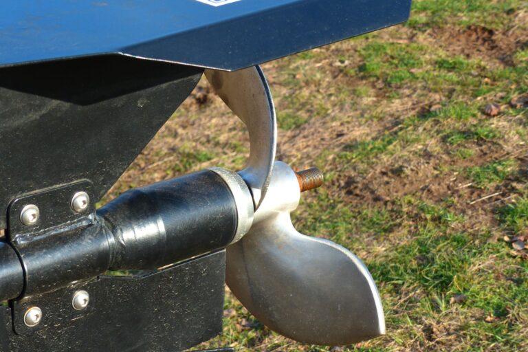 Лодочный мотор-болотоход